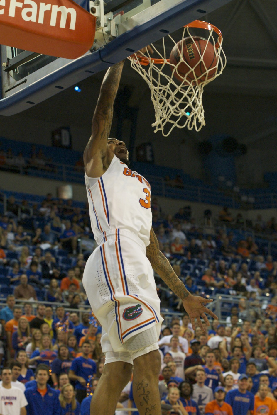 Mike Rosario (3) scores for the Florida Gators in the first half of Sunday's game.