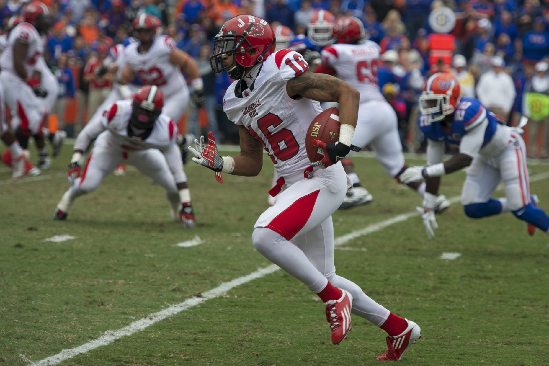 Jacksonville State wide receiver Alan Bonner (16) gets a first down in the first quarter of Saturday's game.