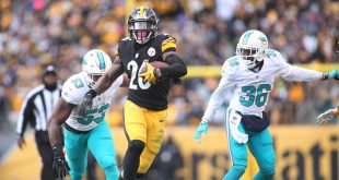 Jan 8, 2017; Pittsburgh, PA, USA; Pittsburgh Steelers running back Le'Veon Bell (26) runs the ball as Miami Dolphins outside linebacker Jelani Jenkins (53) chases during the third quarter in the AFC Wild Card playoff football game at Heinz Field. The Steelers won 30-12. Mandatory Credit: Charles LeClaire-USA TODAY Sports
