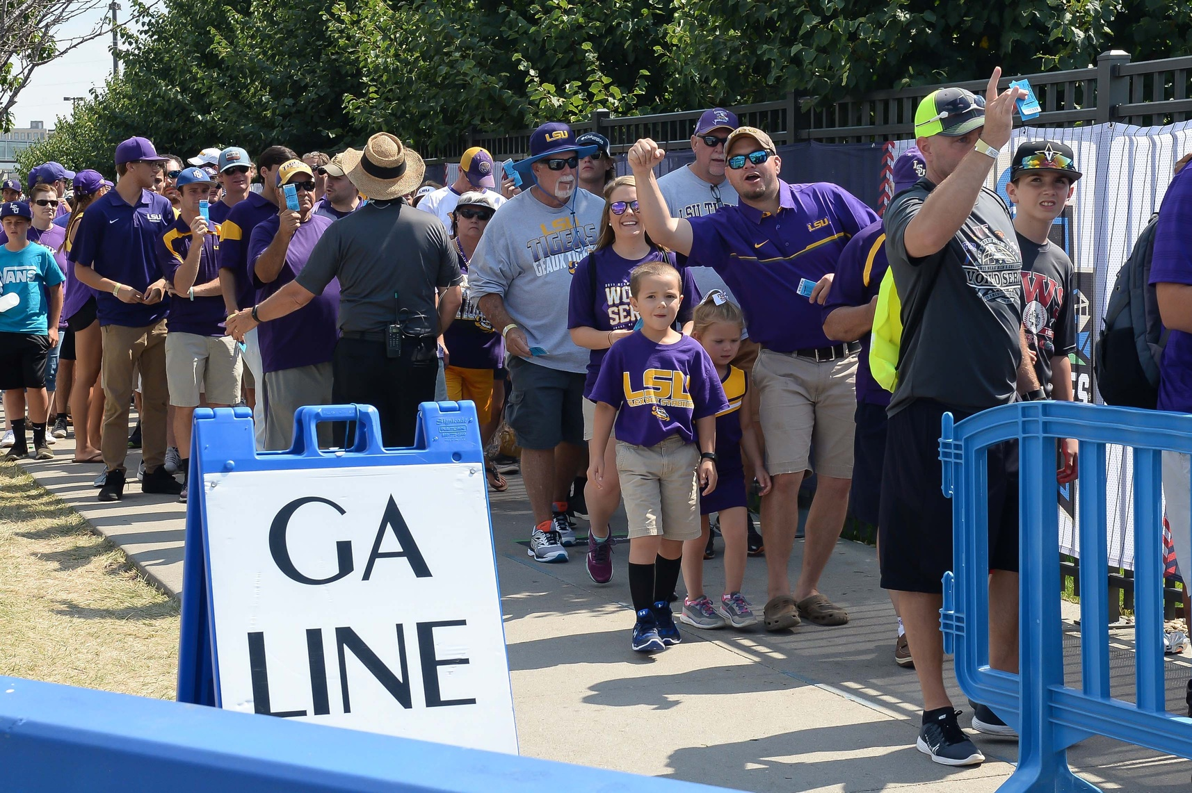 Florida And Lsu Fans Bringing Sec Buzz To Omaha College