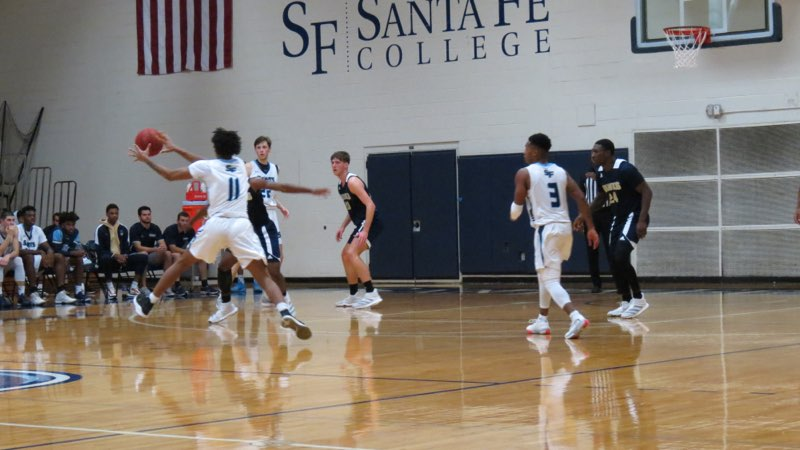 Santa Fe player catches pass